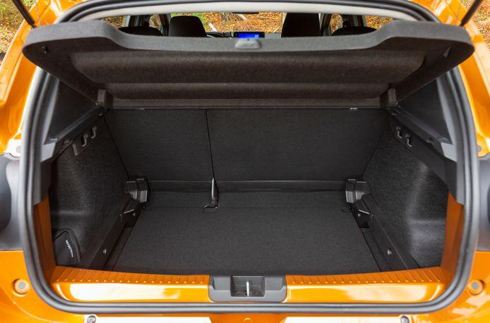 De achterbak is prima qua ruimte en vorm, een in hoogte verstelbare vloer is tegen meerprijs leverbaar. De achterbankleuning valt helaas niet netjes vlak zodra je hem om klapt