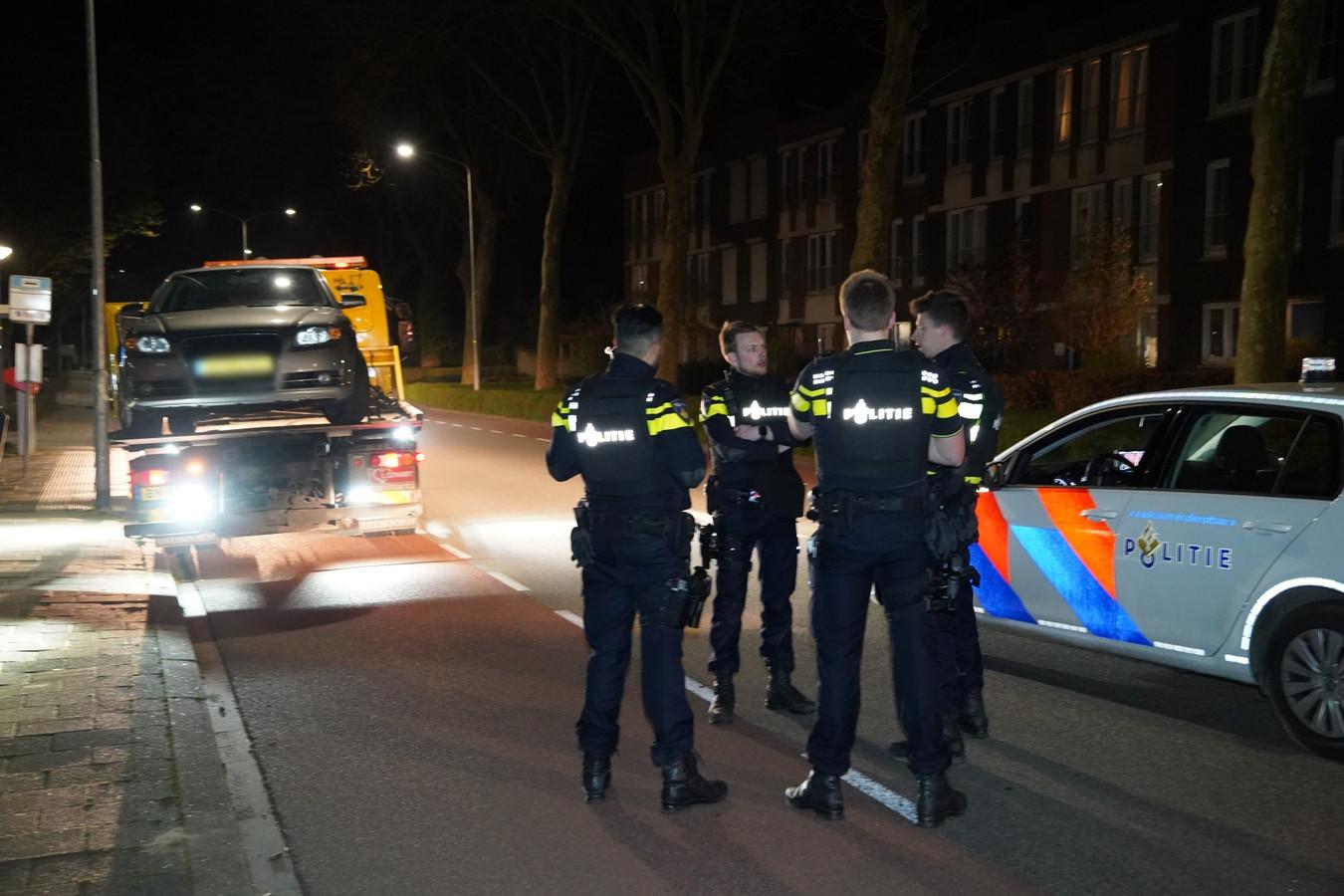 Veel politie in Zevenaar na een gewapende overval. De auto van het slachtoffer is door de politie meegenomen.