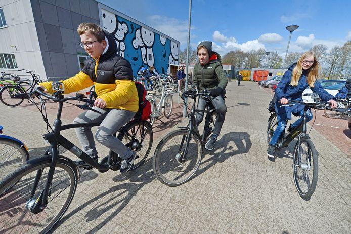 Olaf, Matts en Leone, leerlingen van 1 Atheneum brengen met een actioncam op het stuur hun eigen fietsroute van school naar huis in beeld. Het beeldmateriaal wordt gebruikt voor een les over verkeersveiligheid.