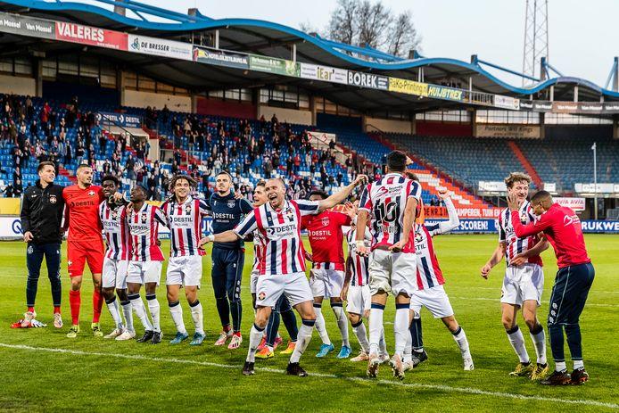 De spelers van Willem II vieren het feestje met de aanwezige supporters.