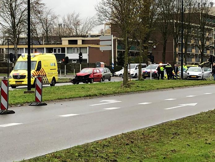 De situatie op de kruising Heemradenlaan Laan/Laan van Kuipershof in Apeldoorn na een botsing tussen twee auto's.