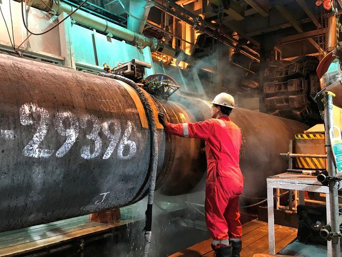 Een arbeider werkt aan de Nord Stream 2-pijplijn. Archiefbeeld.