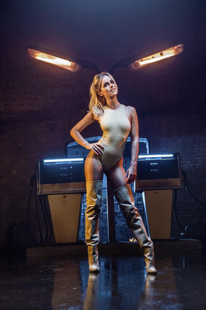 Josje poseert voor haar nieuwe single 'Gasolina'.