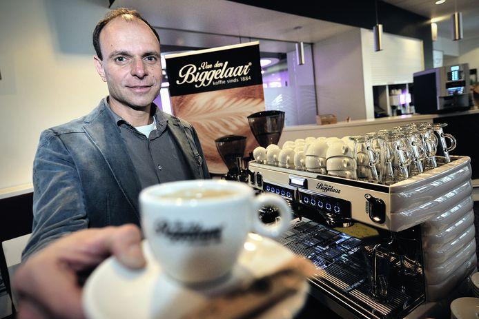 Ein-de-lijk ziet Rob Jansens zijn jongensdroom in vervulling gaan, sinds vrijdag roostert Van den Biggelaar zijn koffiebonen gewoon weer in de stad waar het allemaal begon: Roosendaal. 'Op dezelfde ambachtelijke manier als vroeger'