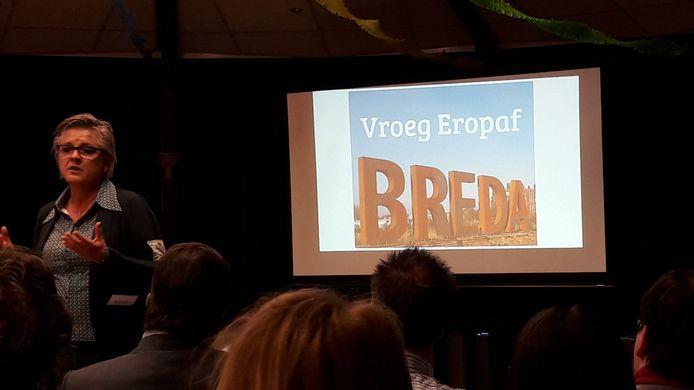 De Bredase wethouder Marianne de Bie bij de ondertekening van Vroeg Eropaf, pilot voor snel ontdekken van problematische schulden bij huishoudens.