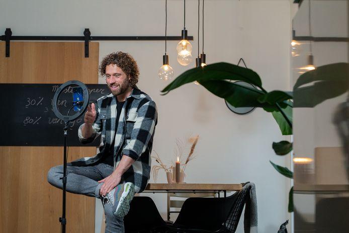 Meester Jesper bezig met opnemen van z'n TikTok filmpjes en instructie voor z'n klas
