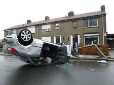 Auto ramt lantaarnpaal en belandt op de kop in woonwijk Hattemerbroek