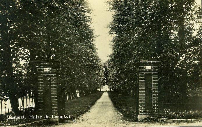 De oude zuilen als toegang van de Leemkuilselaan in Bemmel in lang vervlogen tijden