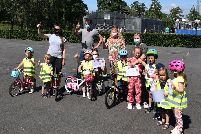 Twintig kleuters tussen 3 en 6 jaar leerden het voorbije weekend fietsen tijdens 'Kijk, ik fiets!' aan sportcomplex Vogelenzang in Lot.
