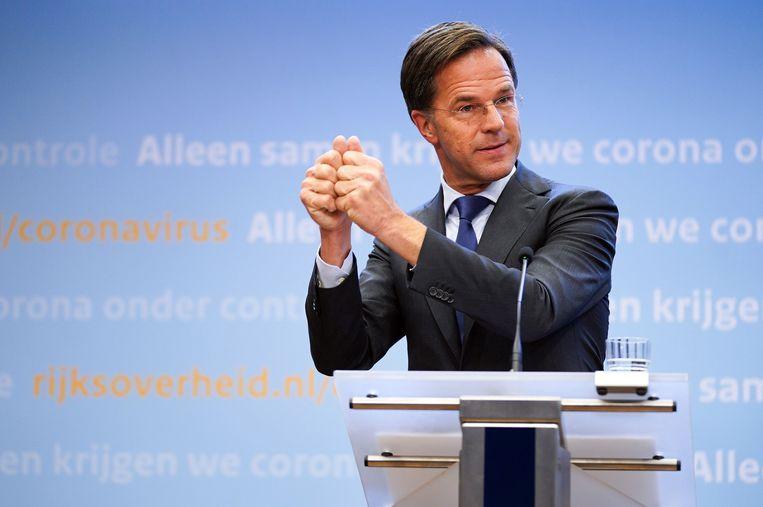 Premier Mark Rutte beeldt een hamer uit op de persconferentie van 13 oktober 2020. Beeld ANP
