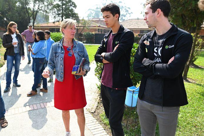 Sacoor en Vanderbemden in het kinderdorp Sanothimi met Hilde Boeykens, de directrice van SOS Kinderdorpen.