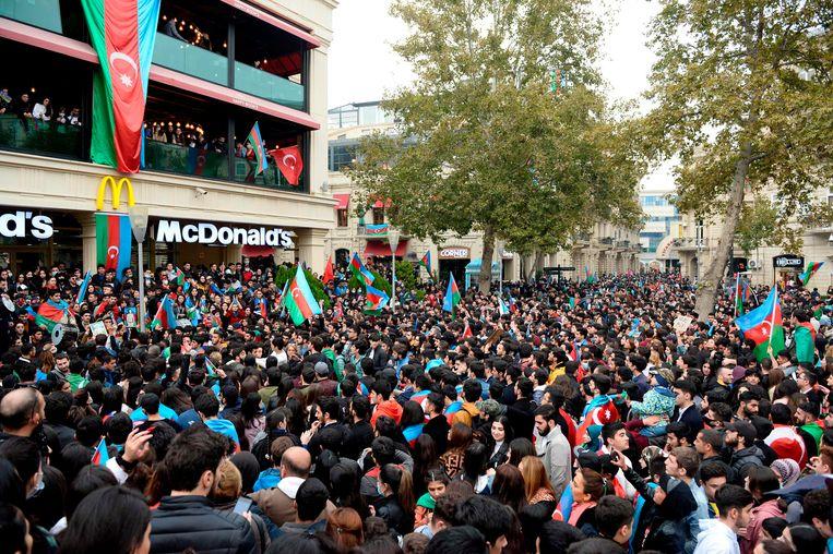 Azeri's vieren op 10 november 2020 in de straten van de hoofdstad Bakoe het akkoord dat Azerbeidzjan en Armenië sloten over het conflict in Nagorno-Karabach. Beeld AFP