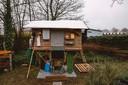 Het klein, compact huisje van Stef Lemmens achter het VDAB-gebouw in Hasselt. Weliswaar inclusief 'welkom'-mat.