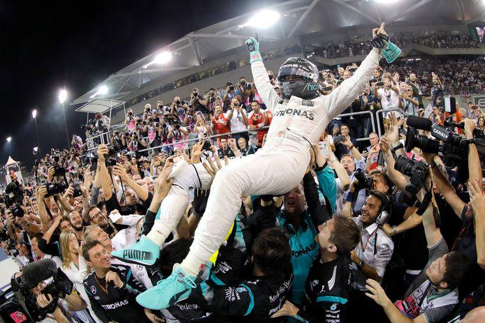 F1-coureur Nico Rosberg na zijn zege op het Yas Marina Circuit in Abu Dhabi.