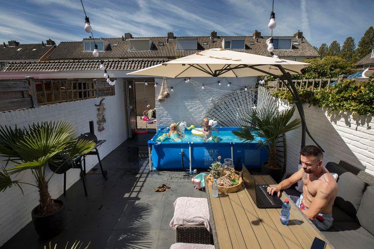 Jur Visser uit Moerkapelle plaatste reinigingspompen en solarpanelen bij zijn opzetbad, zodat het water schoon én warm blijft voor zijn samengestelde gezin. Beeld Werry Crone