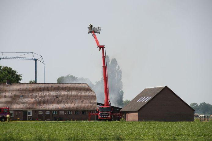 In Lemelerveld woedt een grote brand in een landbouwschuur.