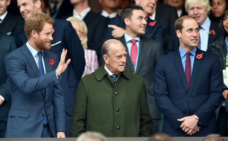 LONDON, UNITED KINGDOM - OCTOBER 31: (EMBARGOED FOR PUBLICATION IN UK NEWSPAPERS UNTIL 48 HOURS AFTER CREATE DATE AND TIME) Prince Harry, Prince Philip, Duke of Edinburgh and Prince William, Duke of Cambridge attend the 2015 Rugby World Cup Final match between New Zealand and Australia at Twickenham Stadium on October 31, 2015 in London, England. (Photo by Max Mumby/Pool/Indigo/Getty Images) Beeld Getty Images