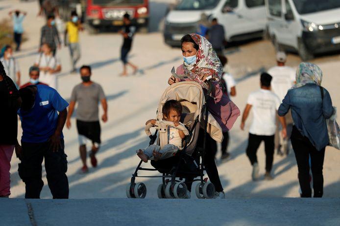 Een vrouw en haar kind in een nieuw tijdelijk opvangkamp in Lesbos, Griekenland.