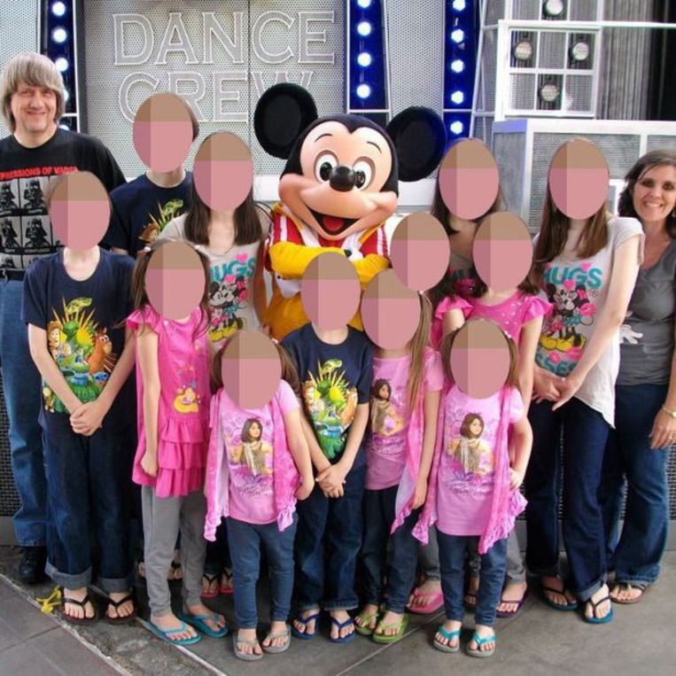 Het gezin tijdens een bezoek aan Disneyland.