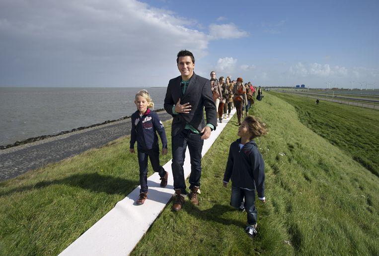 2011-09-22 ZURICH - Omdat modeketen C&A donderdag 170 jaar bestaat wordt op de Afsluitdijk de grootste catwalk ter wereld georganiseerd. Voorop loopt zanger Jan Smit, een van de bekende gezichten van de fashion retailer. ANP OLAF KRAAK Beeld null