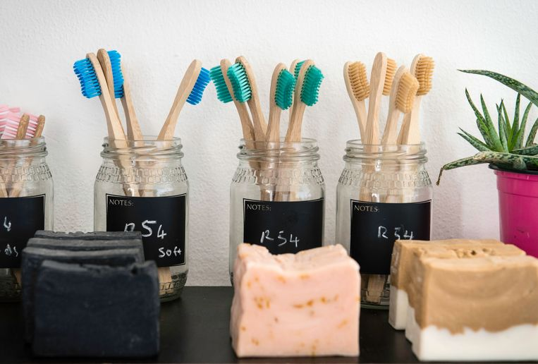 In de winkel bij café The Nest zijn zeep en houten tandenborstels te koop. Beeld Bram Lammers