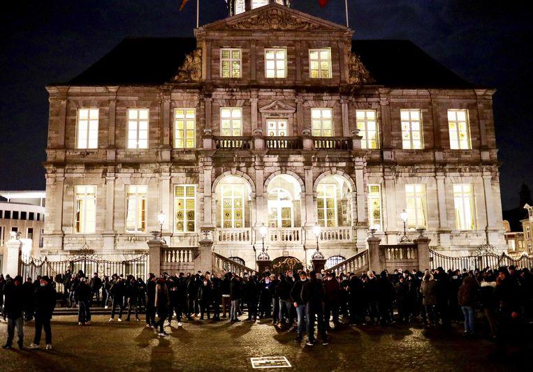 Supporters van voetbalclub MVV verzamelden zich dinsdagavond op het Maastrichtse Vrijthof. Beeld ANP