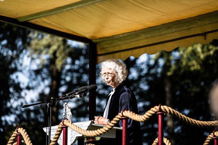 Predikant Monique van Zoest tijdens de dienst op de Airborne Begraafplaats.