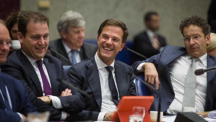 Minsters Asscher en Dijsselbloem (r.) flankeren premier Rutte bij de Algemene Beschouwigen.