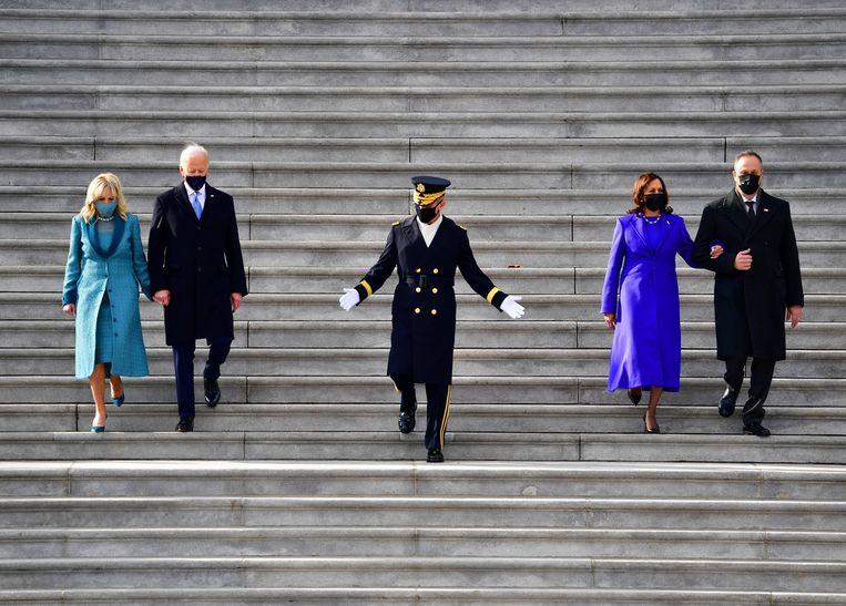 De Amerikaanse president Joe Biden en vice-president Kamala Harris met hun respectievelijke partners op de trappen van het Capitool in Washington DC op 20 januari 2021. Beeld AP