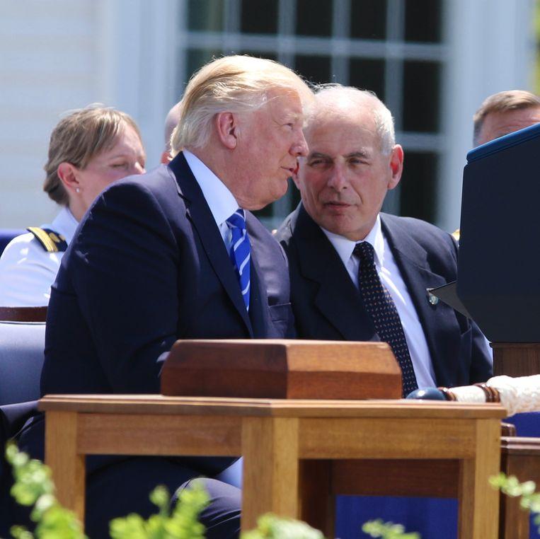 Trump en stafchef John F. Kelly, die hij als zijn gelijke beschouwt. Beeld Photo News