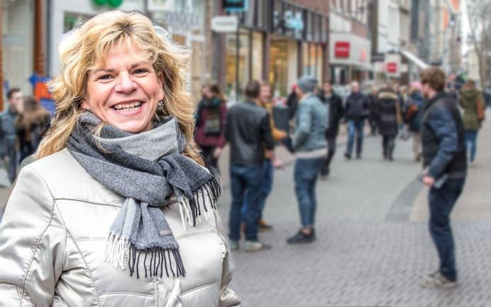Harriët Janmaat in de Diezerstraat. Ze ergert zich groen en geel aan de colporteurs. Foto Frans Paalman