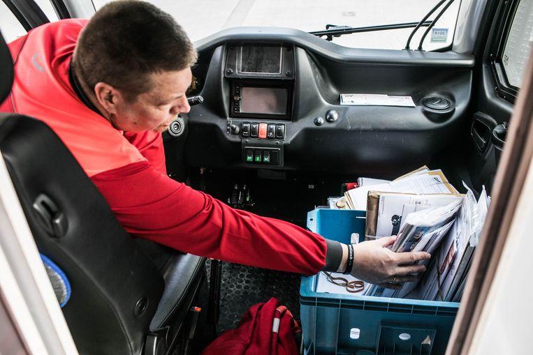 Bpost stuurt 13.000postbodes van deur naar deur. Beeld Bas Bogaerts