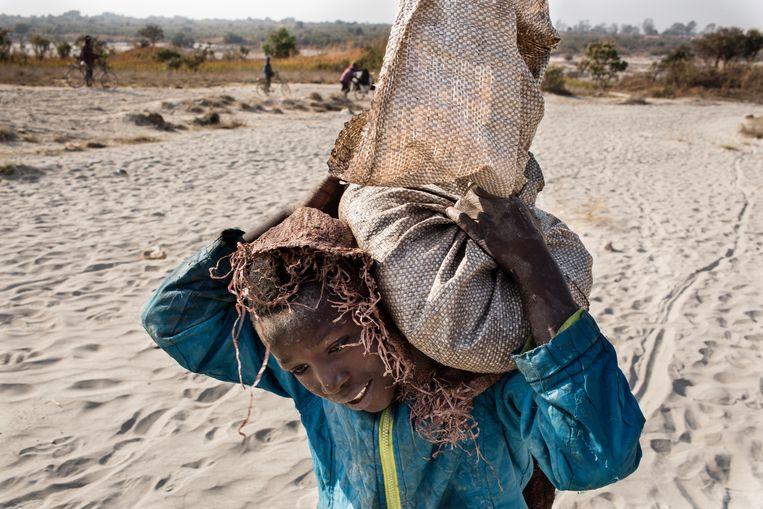 Daniel is 11 jaar oud en werkt in een kobaltmijn in de Democratische Republiek Congo. Kobalt wordt gebruikt om oplaadbare batterijen te maken. Beeld Corbis via Getty Images