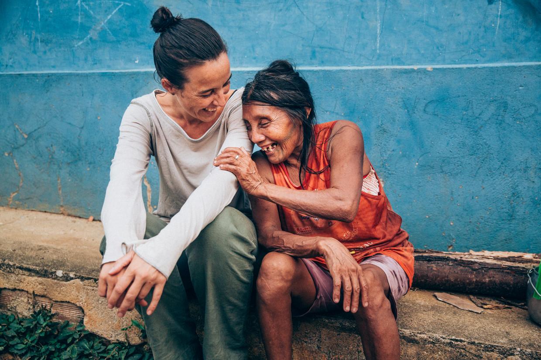 Marjolein van de Water en Katika, de oudste nog levende Karipuna-vrouw in de Amazone, in augustus vorig jaar. Beeld Waldthausen Marlena