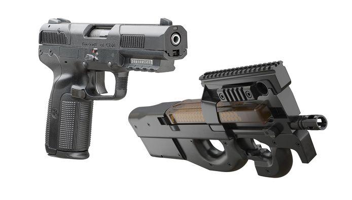 Links: 5.7-pistool, rechts: FN P90-machinepistool.