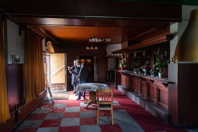 Zaal Roovers in het buitengebied staat al jaren leeg, maar allerlei provinciale en gemeentelijke regels zaten verkoop tot nu toe in de weg.