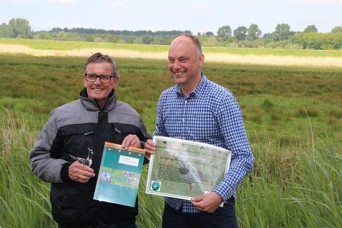Fons Roording kreeg zijn prijzen uit handen van Arjan Vriend, directeur-bestuurder van Stichting Landschapsbeheer Gelderland.
