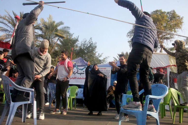 Iraakse betogers vieren het nieuws over de liquidatie van de Iraanse generaal Qasem Soleimani. Beeld AFP