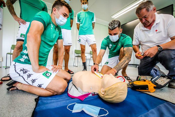 De spelers van Cercle Brugge leren reanimeren met een AED-toestel.