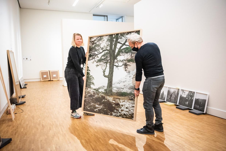 Jeroen Toirkens en conservator Willemijn van der Zwaan zijn bezig met de opbouw van de Borealis-tentoonstelling in het Fotomuseum Den Haag. Beeld Simon Lenskens
