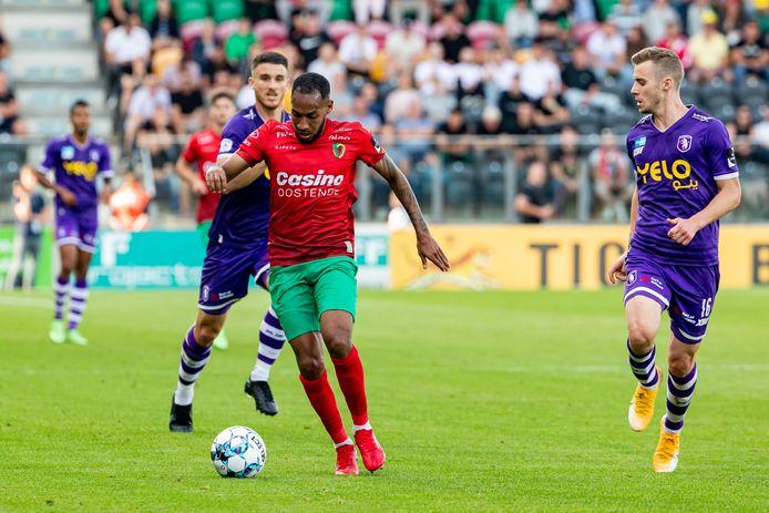 Kenny Rocha Santos, hier tegen Tom Pietermaat van Beerschot,  is een belangrijke pion in het elftal van KV Oostende