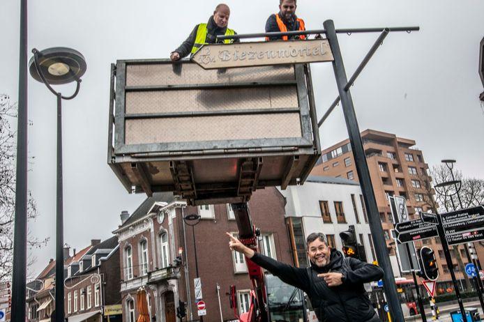 Een wegwijzer richting Biezenmortel, ondersteund door de richtingen naar Barcelona, Londen en Müchen. Ben Smit (voorgrond) van City Marketing is dolgelukkig met de komst van Biezenmortel.