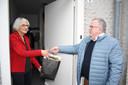 Cor Vennix overhandigt Corry van Hees in Hilvarenbeek een tasje als kerstgeschenk.