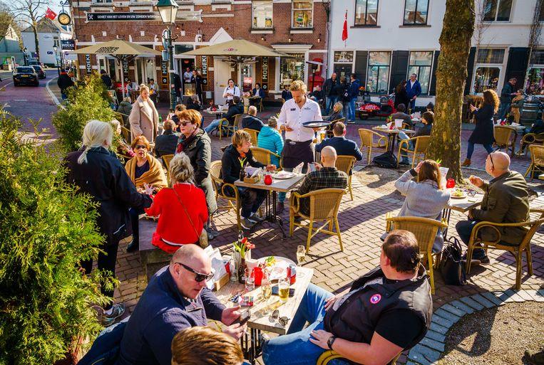 Volle terrassen op de Ginnekenmarkt in Breda uit protest tegen de sluiting van de horeca. Beeld ANP