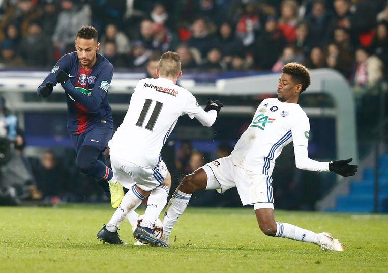 Lienard (11) en Da Costa stevig op Neymar.