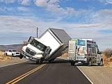 Truck vol karaokemateriaal rijdt te snel en mist dan bocht