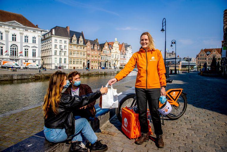 Janne Vanhemmens (28) uit Gent | Driver bij Takeaway sinds oktober 2020 - Ze verdient 10 euro netto per uur. Beeld Jan De Meuleneir / Photo News