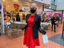 Gastvrouw Maaike deelt op winkelcentrum Overvecht gratis mondkapjes uit deze dagen.