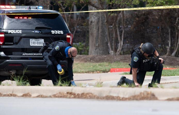 Politie op de plek waar de drie mensen werden doodgeschoten.