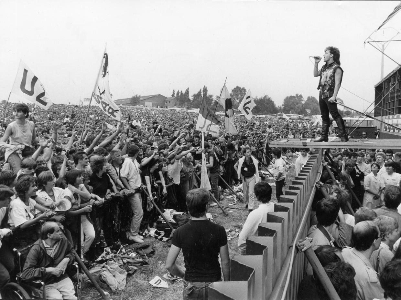 Bono zet de wei van Werchter in vuur en vlam. U2 wist de Belgische aanpak te smaken en deed in de jaren 80 driemaal het festival aan.  Beeld PAUL COERTEN